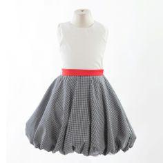 ◈ Vestido sem manga com corpo em seda. Faixa amovível de cor vermelha. Saia em xadrez preto e branco com efeito balão. ◈ [Composição: corpo: 100% seda * faixa: 100% cetim de poliester * saia: 100% algodão * forro: 100% viscosel] - [Tamanho kids: 2 * 4 * 6 * 8 * 10] Couture, Skirts, Fashion, Checkered Skirt, Colour Red, Sash Belts, Satin, Rouge, Kids Fashion