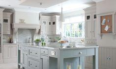 Klassiskt kök med stor köksö. Hayburn & Co.
