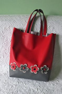 Next Post Previous Post Faux leather shopping bag Stilvolle Einkaufstasche / Geta's Quilting Studio Leather Bag Pattern, Patchwork Bags, Crazy Patchwork, Bag Patterns To Sew, Tote Pattern, Sewing Patterns, Craft Bags, Fabric Bags, Fabric Basket