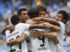 Corintianos comemoram gol do peruano Guerreiro  Foto: Daniel Ramalho/Terra