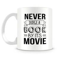 Jamais juge un livre par son film tasse en céramique disponible dans les tailles 11oz et 15oz. Parfait pour votre matin thé ou café ! En outre,