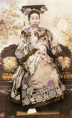 Empress Dowager Cixi, Empress Dowager Cixi November 1835 – 15 November of the Manchu Yehenara clan, was a powerful and charismatic woman who unofficially but effectively controlled the Manchu Qing Dynasty in China for 47 years, from 1861 to her death in Asian History, Modern History, Women In History, Chinese Culture, Chinese Art, Chinese Dance, Old Photos, Vintage Photos, Last Emperor Of China