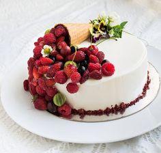 WEBSTA @ el.sed_cake - Лето! Как хорошо летом! Выходишь в сад - красота и вкуснота! Ягоды, цветы, птички поют, бабочки летают, пчелки жужжат - благодать))) торт тоже летний, для девочек))) заварные медовые коржи, сливочно-сырный мусс, ягоды))
