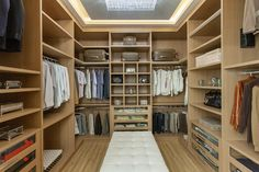 Vestidores modernos de designer de interiores e paisagista iara kílaris moderno madera acabado en madera Walk In Closet Ikea, Closet Walk-in, Walk In Closet Design, Bedroom Closet Design, Master Bedroom Closet, Closet Designs, Closet Ideas, Walking Closet, Narrow Bedroom