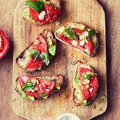 Kanapka z awokado, pomidorem i bazylią | Kwestia Smaku