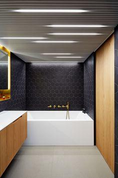 Baño con diversos tipos de iluminación