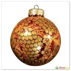"""Шар """"Хохлома. Ягоды"""" - изящное новогоднее украшение, декорированное в классическом русском стиле. Профессиональная художественная роспись в технике """"хохлома"""": цветочно-ягодные мотивы, красный с золотым цвета - этот ёлочный шар выглядит роскошно и будет выгодно выделяться, украшая современную новогоднюю ёлку.  Упаковка: ларец из дерева. #декор #чтоподарить #ручнаяработа #символгода #обезьянка  #новыйгод2016  #зима2015  #традиции #свеча #елочныйшарик  #ручнаяроспись"""