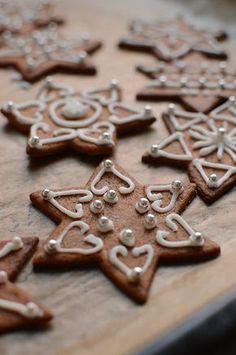 Pepparkakor med kristyr, Swedish gingerbread cookies for christmas Swedish Christmas, Noel Christmas, Christmas Treats, Christmas Baking, Gingerbread Decorations, Gingerbread Man Cookies, Holiday Cookies, Biscuit Cookies, Sugar Cookies