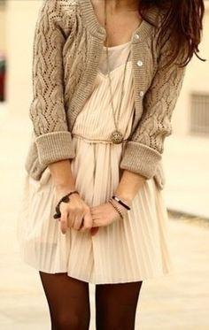 Veste en laine grise robe crème petit collier et collants noirs