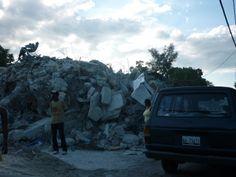 地震により発生した瓦礫の山