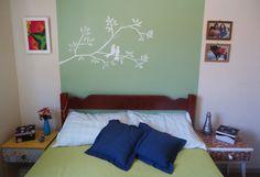 Pintura de galho e pássaros que fiz em meu quarto.