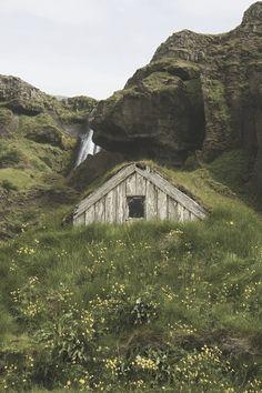 Hobbit hole // cabin dwellers philosophy; go tell it to the mountains #bunkerplans