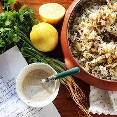 mujaddara (arroz jasmin, lentilhas, cebola) com   iogurte de especiarias:  100g de iogurte grego 1 pitada de canela em pó 1 pitada de cominho 1 pitada de páprica picante 1 raminho de coentro picadinho 1 raminho de hortelã picadinha suco e raspas de meio limão sal