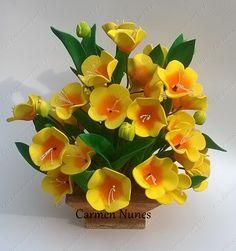 Arranjo flor de pessegueiro modelados à mão.