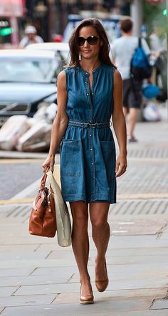 pippa middleton casual style - this denim dress is perfect for summer Chambray Dress Outfit, Jeans Dress, Shirt Dress, Sleeveless Shirt, Denim Dresses, Wedges Outfit, Casual Dresses, Pippa Middleton Style, Steal Her Style