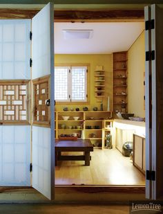 주윤경이 사는 집, 도예 공방 '인클레이주'| Daum라이프 Asian Interior Design, Japanese Interior, Interior Design Inspiration, Asian House, Asian Home Decor, Traditional House, Korean Traditional, Florida Home, Cozy House
