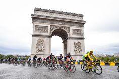 凱旋門の前を通過するクリス・フルーム(イギリス、チームスカイ): photo:Tim de Waele
