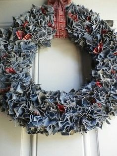 21 Ways to Repurpose Denim Jeans – Craft projects for every fan! Wreath Crafts, Diy Wreath, Rag Wreaths, Jean Crafts, Denim Crafts, Diy Projects To Try, Craft Projects, Christmas Wreaths, Christmas Crafts