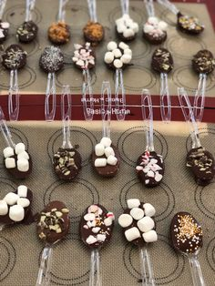 These hot chocolate spoons are the perfect DIY homemade gifts! Make great Christmas gifts and even great Valentine's Day gifts! These hot chocolate spoons are the perfect DIY homemade gifts! Make great Christmas gifts and even great Valentine's Day gifts! Hot Chocolate Gifts, Christmas Hot Chocolate, Chocolate Spoons, Homemade Hot Chocolate, Hot Chocolate Bars, Chocolate Crafts, Chocolate Covered, Christmas Food Gifts, Christmas Goodies