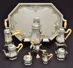Tétard Frères - Monumental e magnifico serviço de chá e café em prata, base borda oitavado em frisos