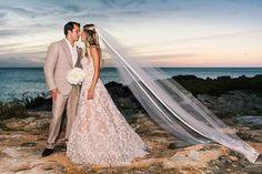 Casamento na praia da Raquel Mattar - destination wedding em Turks & Caicos - Vestido de noiva renda forro nude ( Foto: Vanessa Kohler )