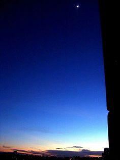 """foto de Luiz de Campos jr-   """"sp, 6h [hv] - meu primeiro céu de 2013 é de uma lua minguante - em 15escorpio13 - e não do sol nascendo, mas fiz outras... — em Butanta, Sao Paulo."""" (Sic)"""