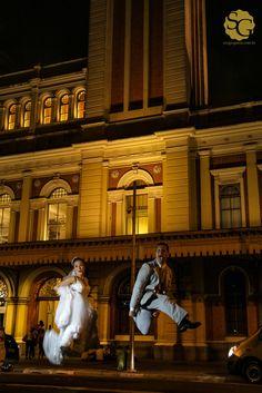 #casoriodielu #ensaiocasamento #wedding #creativeweddingportrait #noivos #novios #bride #groom #estacaodaluz #jump
