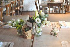 centro de mesa rústico romântico com toques cobre para mini wedding com decoração verde e branca.