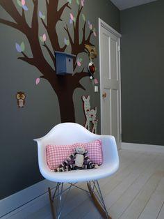 boom op de muur schilderen en versieren met een vogelnestje en misschien wat elfjes/kaboutertjes