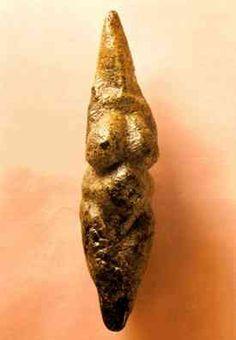 Venus de Savignano - Museo Prehistórico Pigorini (Roma - Italia). Es una de las esculturas más grandes dentro del elenco de venus paleolíticas: mide 225 milímetros de altura, 50 milímetros de anchura y 65 milímetros de grosor; llegando a pesar más de medio kilo. Ancient Aliens, Ancient Art, Ancient History, Art History, Divine Goddess, Mother Goddess, Art Sculpture, Sculptures, Religions Du Monde