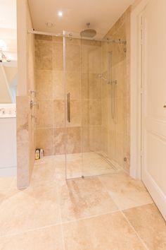 Prachtige Travertin badkamer met Perlato maatwerk door Van den Heuvel & Van Duuren.