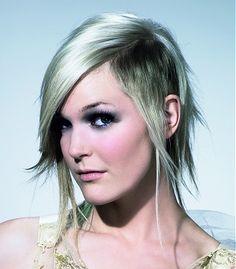 Cheveux aux reflets argentés sur jeune femme