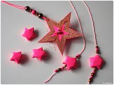 Perfekt für die Weihnachtszeit: Neon-pinkfarbene Sterne aus Papier basteln!