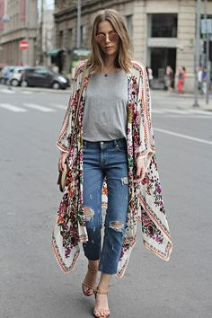 Check out Boho Chic Fashion Outfits to feel the Hipster Look. Check also Dress Like a Hippie, how to dress like a hippie girls and dress like a hippie chick. Women's Kimono Cardigan, Kimono Outfit, Boho Kimono, Denim Outfit, Boho Summer Outfits, Chic Outfits, Fashion Outfits, Modern Outfits, Estilo Boho