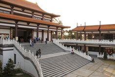 Cotia. Templo Zu Lai. O Templo Zu Lai fica no munincípio de Cotia, a 40 min de São Paulo, e pertence ao monastério budista Fo Guang Shan. A melhor época do ano para visitar o templo é provavelmente a primavera, mas mesmo no frio deste início de junho tivemos um dia muito agradável e florido.