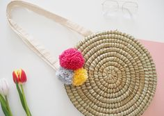 Kick off the summer in style with this easy DIY wicker circle basket bag tutorial.…