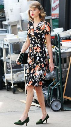 Taylor Swift Does Her NYC Duty & Beautifies The Streets By Wrapping Up In Another Flawless Frock!, Taylor Swift Does Her NYC Duty & Beautifies The Streets By Wrapping Up In Another Flawless Frock! Taylor Swift Outfits, Taylor Swift Moda, Style Taylor Swift, Taylor Alison Swift, Taylor Swift Casual, Vintage Outfits, Vintage Fashion, Vintage Mode, Vintage Style