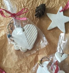 Tutorial: decoraciones navideñas con pasta de modelar casera Diy Christmas Ornaments, Christmas Projects, Christmas Time, Christmas Decorations, Holiday Decor, Clay Projects, Projects To Try, Biscuit, Salt Dough Ornaments