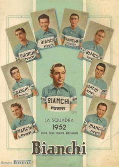 """La Squadra Bianchi 1952. Fausto Coppi (1919-1960) e i suoi """"Angeli"""". Da sin., in senso orario: Pasquale Fornara (1925-1990), Loretto Petrucci (1929-2016), Fiorenzo Crippa (1926), Ettore Milano (1925-2011), Andrea Carrea (1924-2013), Donato Piazza (1930-1997), Raphael Géminiani (1925) e Aldo Bini (1915-1993)"""