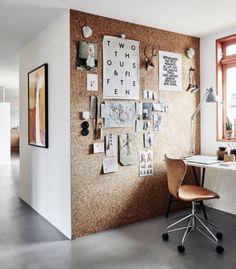 Inusitada, a parede de cortiça se transforma em um grande mural decorativo e de inspirações, dando tom natural a este escritório. A paleta de cores é dominada pelo branco, preto, e pela madeira.