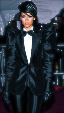The tuxedo Rihanna wore at the 2009 Met Gala Benefit. Also on a side note. I really want her to go back to short black hair she looks stunning here. Rihanna Hairstyles, Short Black Hairstyles, Rihanna Fan, Coconut Milk Shampoo, Classic Tuxedo, Jamaican Black Castor Oil, Blue Magic, White Hair