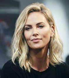 Beautiful Celebrities, Beautiful Actresses, Charlize Theron Style, Charlize Theron Hairstyle, Medium Hair Styles, Short Hair Styles, Great Hair, Hair Dos, Sensual