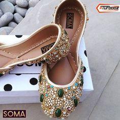 Beautiful Khussa by Pakistani designer Fancy Shoes, New Shoes, Flat Shoes, Cute Shoes, Me Too Shoes, Sparkle Shoes, Bridal Sandals, Bridal Shoes, Wedding Shoes