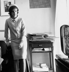 In the photo is Jackie Kennedy in a Chanel suit. The Chanel suits were a very important part of the fashion. Many chain stores copied the look of the Chanel suits, selling similar ones based on the original designs. Jackie Kennedy Style, Jacqueline Kennedy Onassis, Jfk Kennedy, Jaqueline Kennedy, Vintage Couture, Vintage Chanel, Vintage Glamour, 1960s Fashion, Vintage Fashion