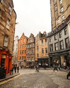 Totally loving the gorgeous streets of Edinburgh, Scotland! Click through for a 10 day epic Scotland road trip itinerary / A Globe Well Travelled Scotland Road Trip, Scotland Travel, Edinburgh Scotland, Glasgow, Places To Travel, Places To Visit, Road Trip Packing, Roadtrip, Travel Aesthetic