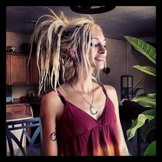 Het hele plaatje klopt mooie foto mooie dreads mooi figuur dreads handmade box braid braided lace front wig with curly ends color bug red ombre Hippie Dreads, Dreadlocks Girl, Blonde Dreads, Hippie Hair, Red Dreads, Blonde Hair, Dreadlock Hairstyles, Dreadlock Styles, Messy Hairstyles