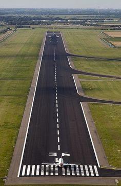 The Polderbaan is the newest runway at Schiphol Airport, Amsterdam. Civil Aviation, Aviation Art, Pista, Airplane Wallpaper, Airport Design, Commercial Aircraft, Aircraft Pictures, Private Jet, Air Travel