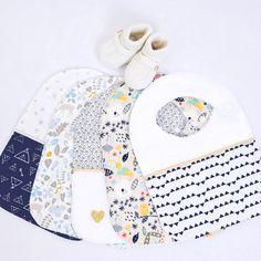 Bavoirs tendances Kideco.  L'ouverture sur le côté avec un bouton-pression permet d'enlever le bavoir sans le gêner et sans bruit lorsque bébé s'est endormi repu... Ils sont doublés avec de l'éponge blanche de qualité supérieure aux normes OEKO TEX classe 1. Différents motifs et couleurs disponibles, à shopper sur l'e-boutique! Un cadeau original de qualité à offrir à bébé... Dès la naissance jusqu'à 3 ans