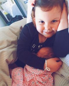 How cute? Emilia is such an amazing big sister! Saccone Jolys, Anna Saccone, Cute Youtubers, Dad Of The Year, Digital Film, Good Morning Friends, Sweet Pic, Celebrity