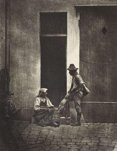 Pifferaro debout et paysanne Italiana assise dans la cour du 21 Quai Bourbon. Charles Nègre.